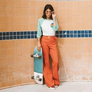 aviatornationのロンTを着た70'sっぽい雰囲気の女性の画像