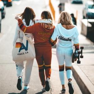 アビエーターネーションのセットアップを着た3人の女性の画像