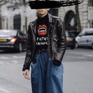 domrebelのmouthTシャツを着用している人のコーディネート画像