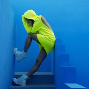 COTTONCITIZENの黄色いワンピースを着た女性3