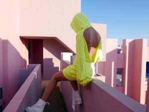 コットンシチズンの黄色いワンピースを着た女性