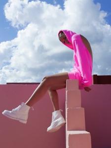 コットンシチズンのピンクのパーカーを着た女性