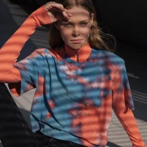 コットンシチズンのタイダイ柄のtシャツを着た女性