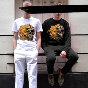 DOMREBELのTシャツを着用した二人の画像