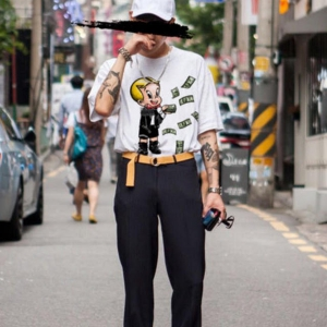 domrebelのTシャツを着用している人のコーディネート画像