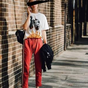 domrebelのTシャツを着用した女性の画像