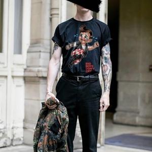 domrebelのTシャツを着用したコーディネート画像