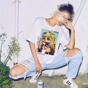 domrebelのHang overTシャツを着用している女性のコーディネート例の画像