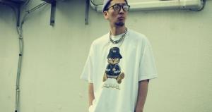 DOMREBELのtシャツを着た男性のアップ画像